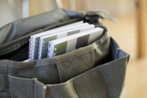Wettenboekjes in tas